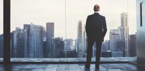 Hombre de negocios mirando desde SNL Consulting